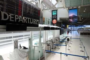 朝日新聞社 政府の水際対策を受け、大型連休も閑散とする成田空港=2020年4月29日、林敏行撮影